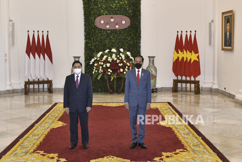 Presiden Joko Widodo (kanan) berfoto bersama dengan Perdana Menteri (PM) Vietnam Pham Minh Chinh (kiri) di Istana Kepresidenan Bogor, Jawa Barat, Jumat (23/4/2021). Presiden Joko Widodo menggelar pertemuan bilateral dengan PM Pham Minh Chinh untuk membahas kerja sama antara kedua negara.