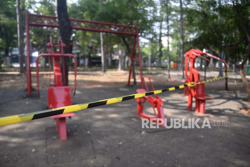 Fasilitas orlahraga yang masih ditutup dan diberi garis segel di taman Jakarta