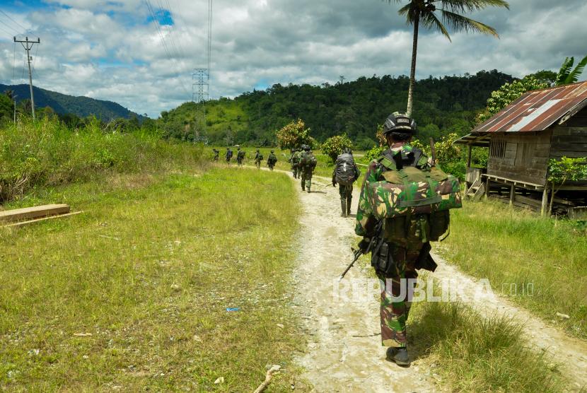 Sejumlah prajurit TNI AD melakukan penyisiran untuk memburu kelompok Mujahidin Indonesia Timur (MIT),  di Desa Lembangtongoa, Kabupaten Sigi, Sulawesi Tengah, Selassa (1/12/2020)..
