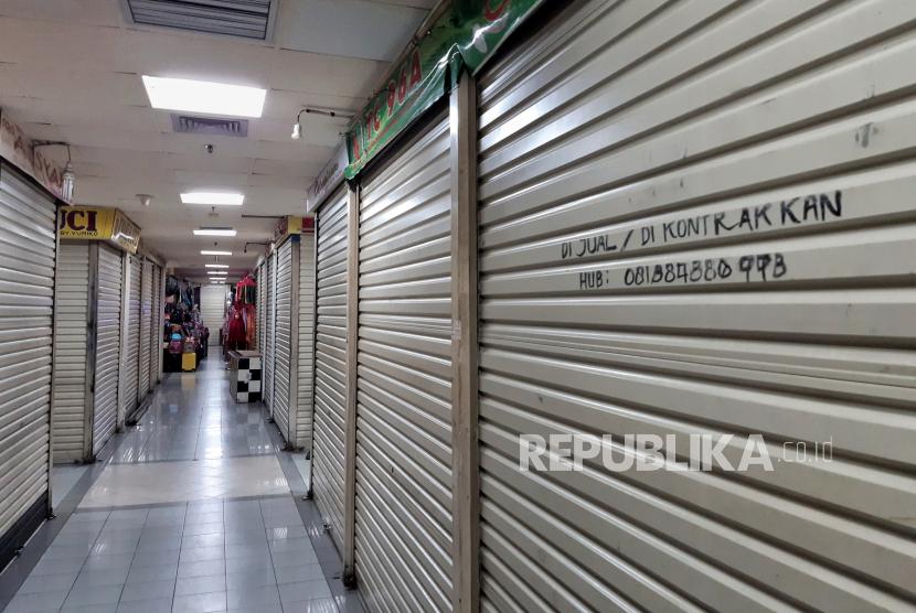 Deretan kios yang masih tutup pada hari pertama dibuka kembali pusat perbelanjaan  ITC Cipulir Mas setelah masa PPKM di Jakarta, Selasa (3/8).