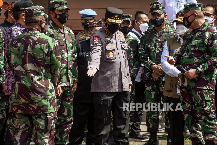 Kapolri Jenderal Pol Listyo Sigit Prabowo (tengah) bersama Panglima TNI Marsekal TNI Hadi Tjahjanto (kedua kiri) saat meninjau pelaksanaan vaksinasi massal Covid-19 di Stadion Gelora Bandung Lautan Api (GBLA), Gedebage, Kota Bandung, Kamis (17/6). Dalam peninjauan tersebut, Menkes, Panglima TNI, Kapolri dan Kepala BNPB mengimbau warga agar senantiasa tetap menjaga protokol kesehatan dan mewaspadai penularan Covid-19 meski telah divaksin. Foto: Republika/Abdan Syakura