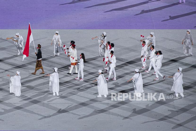 Kontingen Indonesia mengikuti defile dalam pembukaan Olimpiade Tokyo 2020 di Stadion Nasional, Tokyo, Jepang, Jumat (23/7/2021).