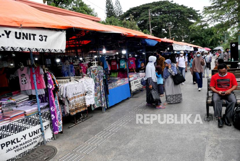 Pasar Sore Malioboro mulai rame oleh pengunjung, Yogyakarta, Selasa (16/3). Pascavaksinasi massal pedagang di Malioboro kunjungan wisatawan mulai kembali ramai. Harapan dari pelaku usaha di Malioboro dari vaksinasi Covid-19 yakni datangnya wisatawan ke Yogyakarta. Kini pedagang di Malioboro sudah memasuki vaksinasi Covid-19 tahap kedua.