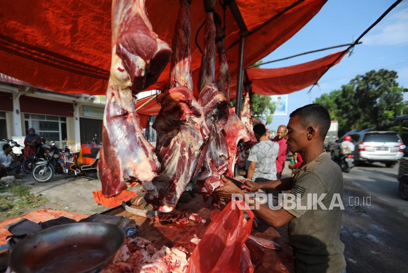 Masyarakat setempat membeli daging sapi