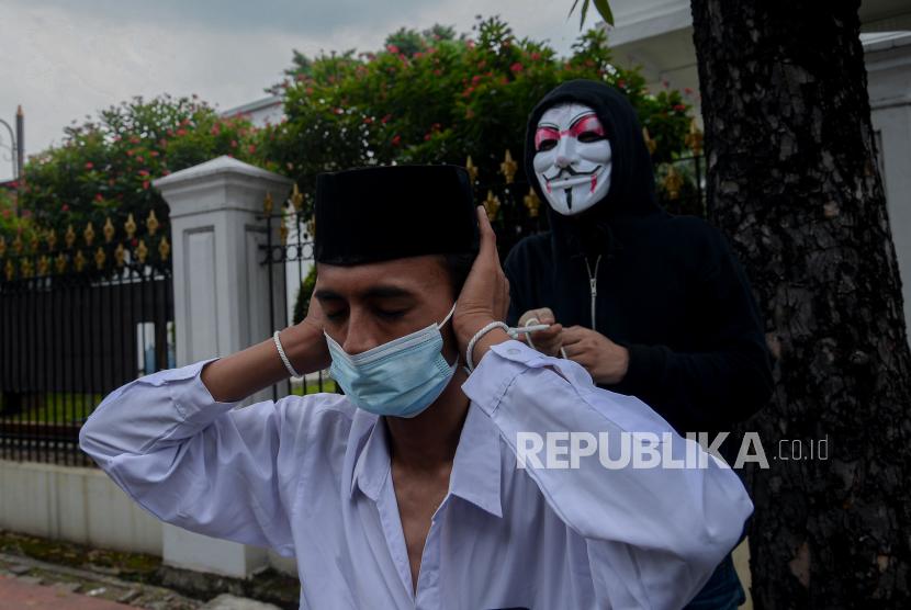 Masa aksi yang tergabung dalam Asosiasi Petani Tembakau Indonesia melakukan aksi di depan Kementerian Sekretariat Negara, Jakarta, Senin (20/9). Aksi tersebut sebagai bentuk penolakan terhadap rencana kenaikan Cukai Hasil Tembakau (CHT) tahun 2022 yang berdampak pada kehidupan petani tembakau akibat banyak industri kecil yang gulung tikar.