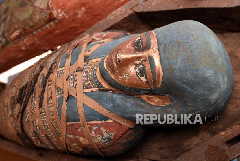 Foto selebaran tak bertanggal yang disediakan oleh Kementerian Pariwisata dan Kepurbakalaan Mesir menunjukkan salah satu peti mati yang ditemukan di poros pemakaman kuno di sebuah pekuburan di Saqqara, selatan Kairo, Mesir (dikeluarkan 20 Oktober 2020). Para arkeolog menemukan poros penguburan baru di sebuah pekuburan di Saqqara yang dilaporkan berisi lebih dari 80 sarkofagus yang diyakini 2.500 tahun lalu.