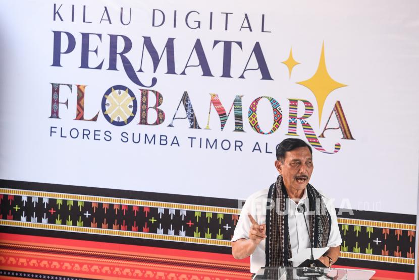 Menteri Koordinator Bidang Kemaritiman dan Investasi Luhut Binsar Pandjaitan memberikan sambutan pada acara puncak Gerakan Nasional Bangga Buatan Indonesia di Puncak Waringin, Labuan Bajo, Manggarai Barat, Nusa Tenggara Timur, Jumat (18/6).