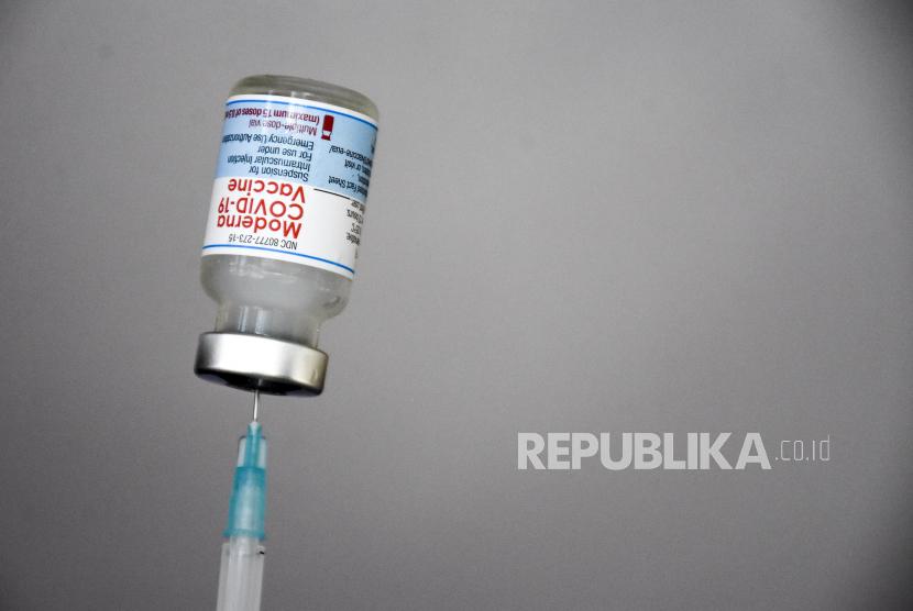 Vaksin Covid-19 Moderna. Penelitian Moderna menemukan bahwa mereka yang divaksinasi lebih awal 50 persen lebih banyak terkena kasus terobosan bergejala selama bulan Juli hingga Agustus dibandingkan dengan mereka yang menerima vaksinasi belakangan.