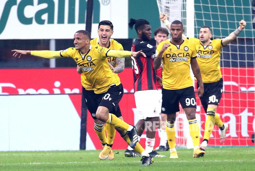 Pemain Udinese Rodrigo Becao (kiri) melakukan selebrasi setelah memimpin 1-0 dalam pertandingan sepak bola Serie A Italia antara AC Milan dan Udinese di stadion Giuseppe Meazza di Milan, Italia, 3 Maret 2021.