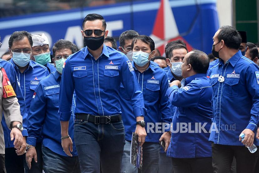Ketua Umum Partai Demokrat Agus Harimurti Yudhoyono (AHY) saat tiba di kantor Direktorat Jenderal Administrasi Hukum Umum Kementerian Hukum dan HAM, Kuningan Jakarta Selatan, Senin (8/3).