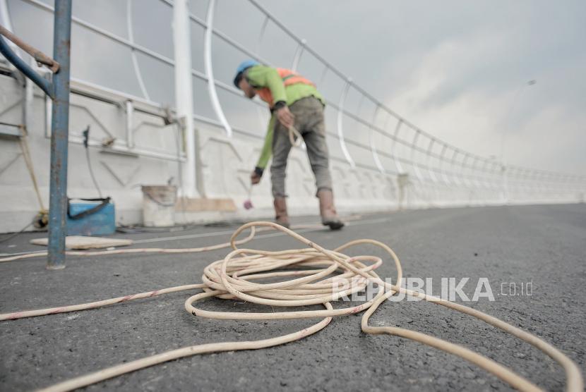 Pekerja memasang sound barrier atau penghalang suara di area pembangunan flyover atau lintas atas