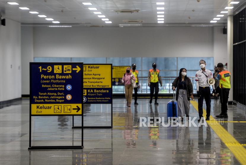 Petugas memberikan pengarahan kepada penumpang di Stasiun Manggarai, Jakarta, (ilustrasi). KAI terus menyiapkan berbagai inovasi untuk meningkatkan layanan kepada penumpang.