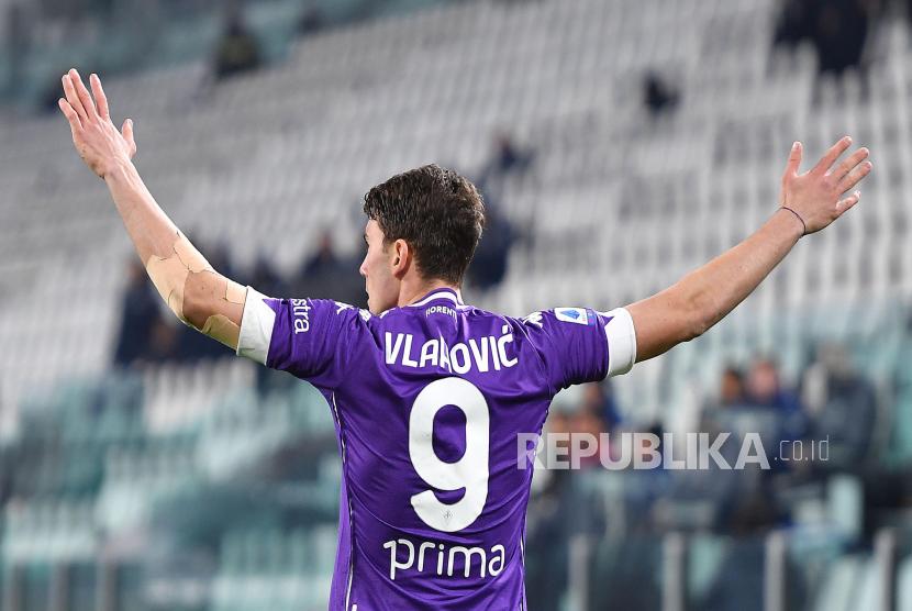 Pemain Fiorentina Dusan Vlahovic melakukan selebrasi setelah memimpin 1-0 pada pertandingan sepak bola Serie A Italia Juventus FC vs ACF Fiorentina di Allianz Stadium di Turin, Italia, 22 Desember 2020.