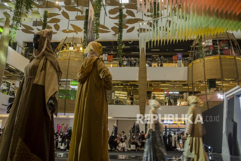 Pengunjung melihat pakaian yang dipajang saat berbelanja di Pusat Perbelanjaan 23 Paskal Shopping Center, Bandung, Jawa Barat, Ahad (2/5/2021). Warga dan wisatawan di Kota Bandung mulai mendatangi mal atau pusat perbelanjaan untuk berbelanja menyambut Idul Fitri 1422 Hijriah.