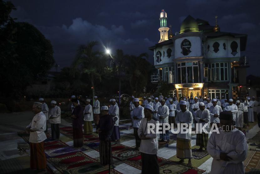 Warga menunaikan shalat di masjid Malaysia