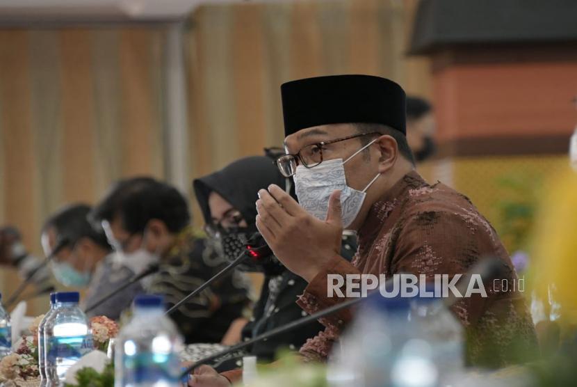 Gubernur Jawa Barat Ridwan Kamil menyampaikan pemaparan saat menghadiri Kunjungan Kerja Spesifik Komisi XI DPR RI ke Provinsi Jabar di Gedung Keuangan Negara, Kota Bandung, pekan lalu.