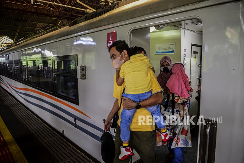Sejumlah penumpang jarak jauh (ilustrasi). PT KAI menghadirkan perjalanan KA Baturraden Ekspress relasi Bandung-Cikampek-Purwokerto PP.