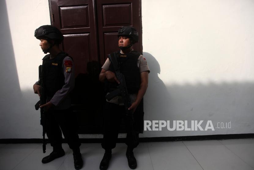 Polisi berjaga saat sidang pembacaan putusan (vonis) Terdakwa kasus dugaan serangan teror bom Thamrin Oman Rochman alias Aman Abdurrahman di Pengadilan Negeri Jakarta Selatan, Jumat (22/6).
