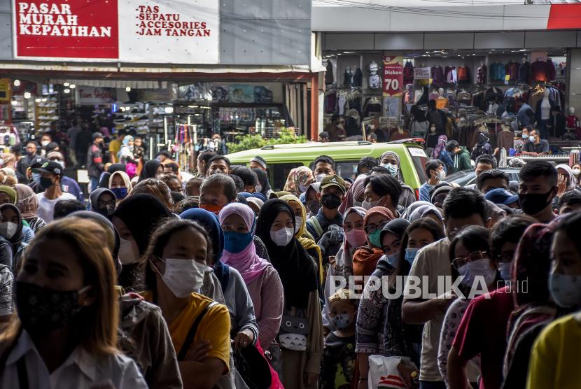 Sejumlah warga mengantre untuk memasuki mal The Kings Shopping Centre di Jalan Kepatihan, Kota Bandung, Senin (3/5). Jelang Hari Raya Idul Fitri 1442 H, sejumlah pusat perbelanjaan di kawasan tersebut mulai ramai dikunjungi warga untuk berbelanja kebutuhan lebaran. Foto: Republika/Abdan Syakura