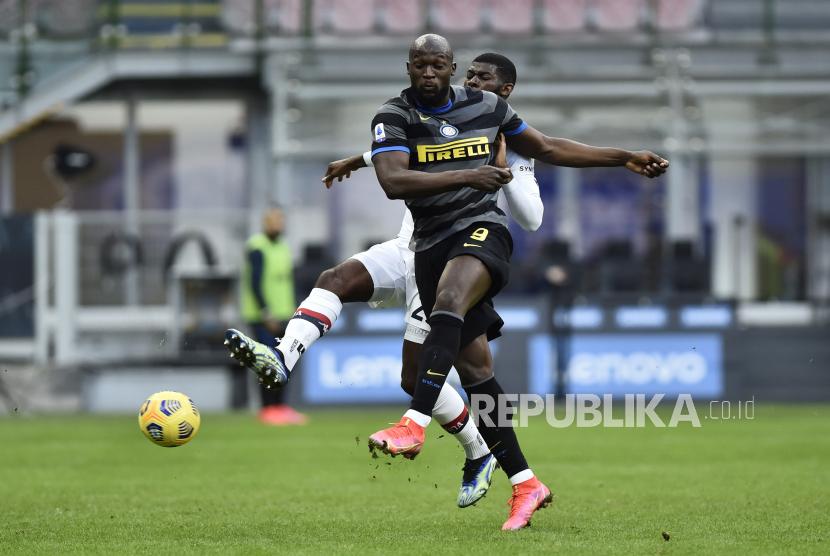 Lukaku melepas tendangan pada laga Inter Milan melawan Genoa (ilustrasi)