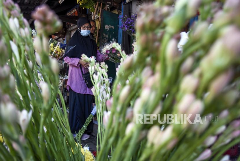 Sejumlah warga melihat bunga Sedap Malam (Polianthes tuberosa) yang dijual di salah satu kios di Pasar Bunga Wastukencana, Kota Bandung, Rabu (12/5). Berdasarkan keterangan pedagang di pasar tersebut, permintaan bunga Sedap Malam yang menjadi salah satu tradisi bunga hias masyarakat saat Lebaran Idul Fitri dan dijual dengan harga Rp6 ribu sampai Rp10 ribu per tangkainya tersebut mengalami peningkatan sebesar 30 persen dibandingkan Idul Fitri tahun lalu. Foto: Republika/Abdan Syakura