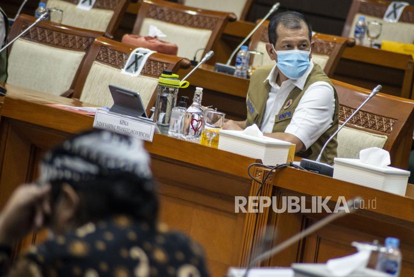 Kepala BNPB selaku Ketua Gugus Tugas Nasional Percepatan Penanganan COVID-19 Doni Monardo (tengah) bersiap mengikuti rapat kerja dengan Komisi VIII DPR di Kompleks Parlemen, Senayan, Jakarta, Senin (13/7/2020). Rapat kerja tersebut membahas evaluasi kinerja dan anggaran program penangulangan COVID-19.
