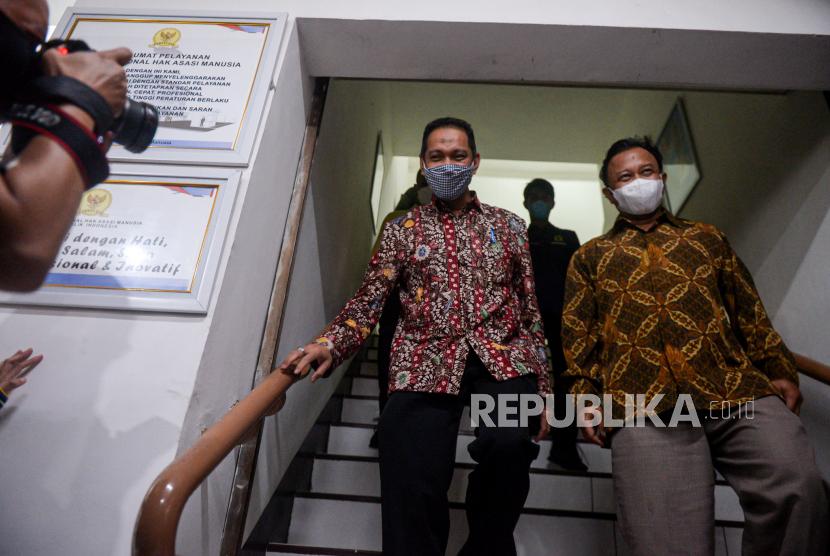 Wakil Ketua KPK Nurul Ghufron (kiri) bersama Komisioner Komnas HAM Choirul Anam (kanan) berjalan usai dimintai keterangan di Gedung Komnas HAM, Jakarta, Kamis (17/6). Komisi Pemberantasan Korupsi memenuhi panggilan Komnas HAM yang diwakili Wakil Ketua KPK Nurul Ghufron terkait pemeriksaan dugaan pelanggaran HAM atas penyelenggaraan Tes Wawasan Kebangsaan (TWK) saat proses alih status menjadi aparatur sipil Negara. Republika/Thoudy Badai