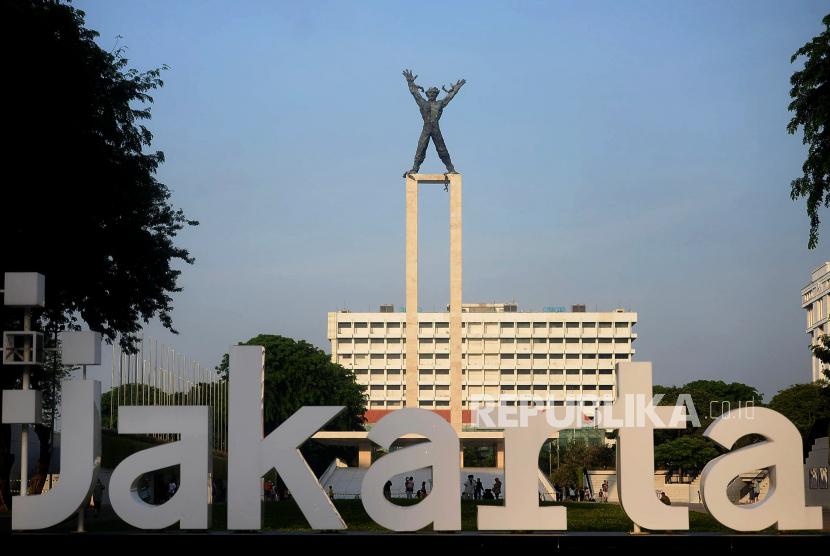 Pengunjung berada di kawasan Lapangan Banteng, Jakarta, Ahad (24/10).Lapangan Banteng kembali dibuka untuk umum pada PPKM Level 2 dengan mewajibkan para pengunjung untuk check-in dan check-out melalui aplikasi Peduli Lindungi serta pembatasan kuota sebanyak 300 pengunjung. Prayogi/Republika.