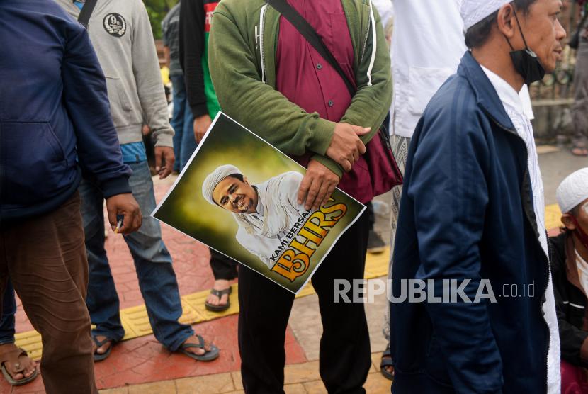 Massa aksi dari pendukung Habib Rizieq Shihab (HRS) memadati Jalan I Gusti Ngurah Rai menuju Pengadilan Negeri Jakarta Timur, Jakarta, Kamis (24/6). Aksi massa tersebut dalam rangka mengawal sidang pembacaan vonis terhadap Habib Rizieq Shihab terkait kasus tes Swab di Rumah Sakit Ummi, Bogor.