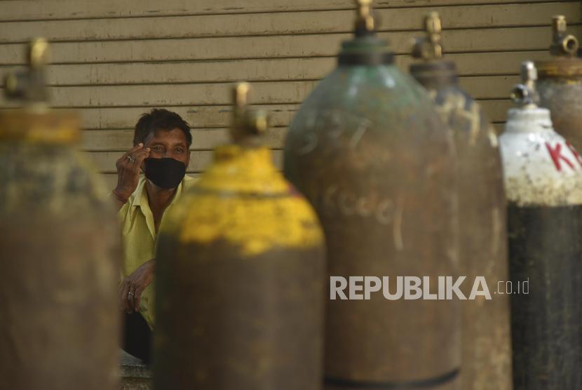 Seorang warga menunggu untuk mengisi tabung oksigen di New Delhi, India, (ilustrasi). Kemenperin menggandeng asosiasi dan pelaku industri akan mengirim bantuan tabung oksigen untuk India.