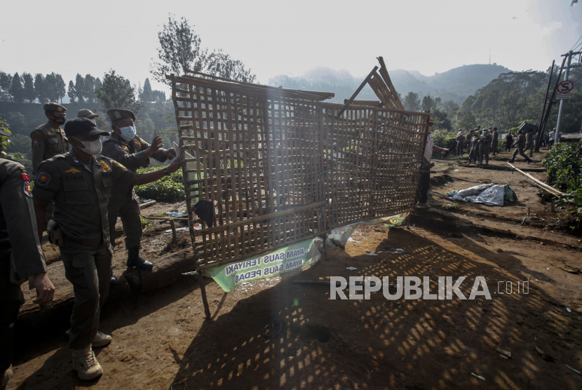 Petugas Satpol PP Kabupaten Bogor menertibkan Pedagang Kaki Lima (PKL) di Cisarua, Kabupaten Bogor, Jawa Barat. (ilustrasi)