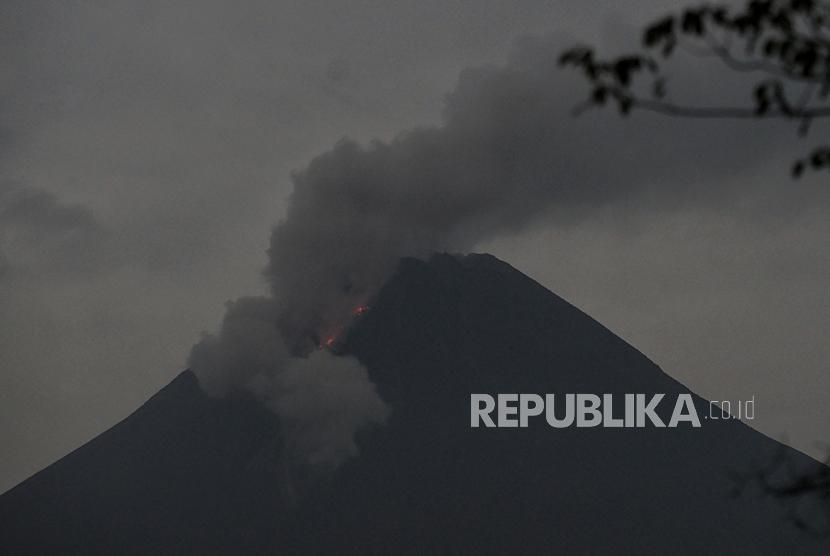 [Ilustrasi] Gunung Merapi mengeluarkan awan panas guguran.