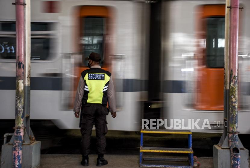Petugas keamanan berjaga di dekat kereta rel diesel (KRD) Lokal Bandung Raya di Stasiun Kiaracondong, Kota Bandung, Kamis (23/9). PT Kereta Api Indonesia (Persero) Daop 2 Bandung kembali mengoperasikan seluruh kereta api (KA) lokal yakni KA Bandung Raya, KA Cibatuan, KA Walahar Ekspres dan KA Siliwangi dengan menerapkan protokol kesehatan secara ketat.