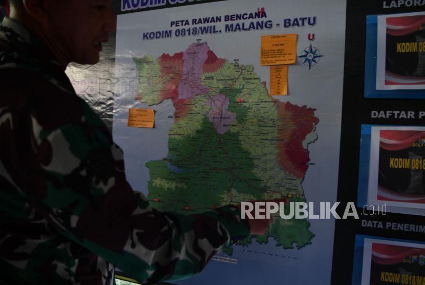 Seorang prajurit TNI AD mengamati  peta rawan bencana wilayah Malang- Batu di Posko Bencana Alam di Ampelgading di Kabupaten Malang, Jawa Timur, Ahad (11/4/2021). Berdasarkan data BNPB bahwa akibat gempa di Kabupaten Malang pada Sabtu (10/4) yang berkekuatan M 6,1 tersebut menyebabkan 2.848 rumah rusak yang tersebar di 16 kabupaten dan kota di wilayah Jawa Timur.