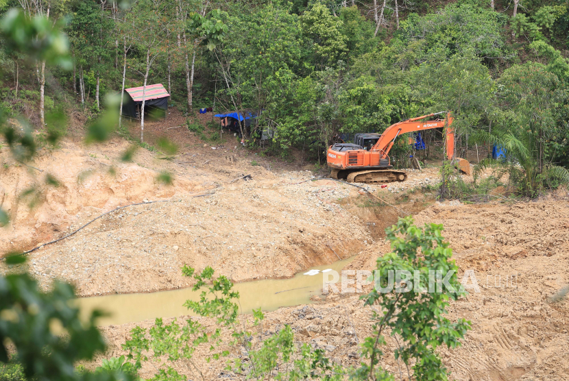 Alat berat terparkir di area tambang emas ilegal di Kawasan Kecamatan Sungai Mas, Aceh Barat, Aceh, Ahad (13/6/2021). Meski kerap dilakukan penertiban oleh pihak kepolisian namun hal tersebut tidak menghentikan keseluruhan aktivitas penambangan emas ilegal di kawasan itu.