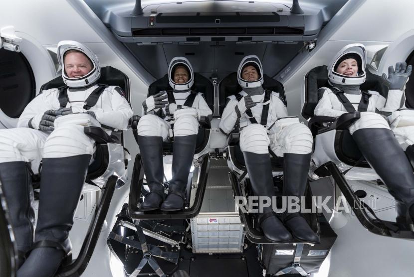 Pada hari Minggu, 12 September 2021 foto yang disediakan oleh SpaceX, dari kiri, Chris Sembroski, Sian Proctor, Jared Isaacman dan Hayley Arceneaux duduk di kapsul Dragon di Cape Canaveral di Florida, selama gladi bersih untuk peluncuran mendatang. Naga yang sepenuhnya otomatis adalah jenis yang sama yang digunakan SpaceX untuk mengirim astronot ke dan dari Stasiun Luar Angkasa Internasional untuk NASA. Tapi penerbangan carteran tidak akan pergi ke sana.