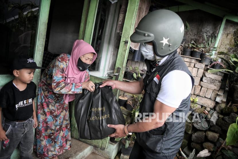 Gubernur Jawa Barat (Jabar) Ridwan Kamil saat menyalurkan bantuan berupa sembako kepada masyarakat terdampak Pemberlakukan Pembatasan Kegiatan Masyarakat (PPKM) Level 4  (ilustrasi)