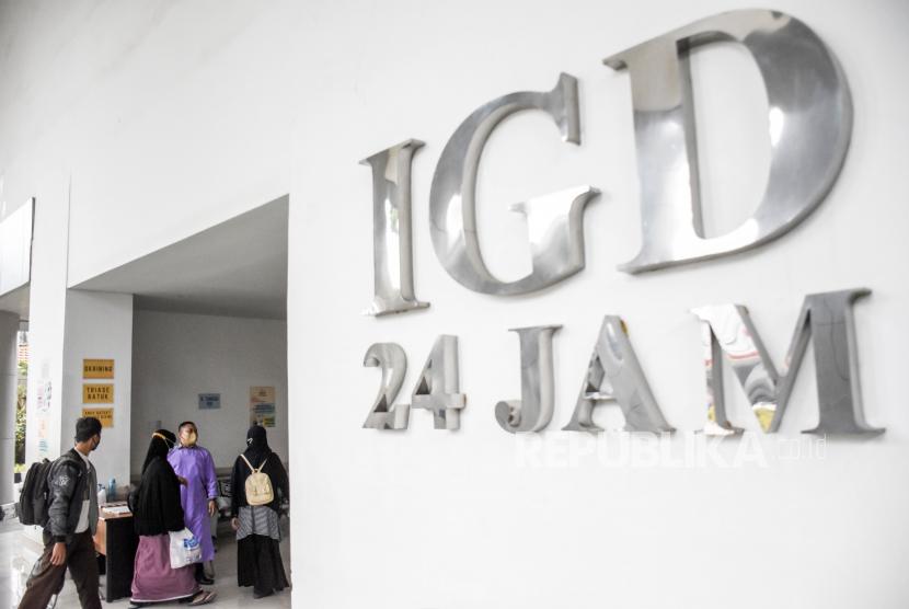 Petugas keamanan mengarahkan pasien di Instalasi Gawat Darurat (IGD) di Rumah Sakit Khusus Ibu dan Anak (RSKIA), Kota Bandung. Angka keterisian rumah sakit rujukan Covid-19 di Kota Bandung saat ini mencapai 81 persen. (ilustrasi)