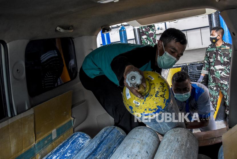 Petugas rumah sakit memasukkan tabung oksigen ke dalam ambulans di Pabrik Zat Asam (Pazam) 731 di Kompleks Lanud Husein Sastranegara, Kota Bandung, Senin (26/7). TNI AU mengoperasikan Pabrik Zat Asam (Pazam) 731 di bawah Komando Pemeliharaan Materiil (Koharmat) Angkatan Udara. Pazam 731 tersebut mampu melakukan pengisian 60 hingga 70 tabung oksigen per hari untuk membantu memenuhi kebutuhan tabung oksigen di rumah sakit dalam penanganan Covid-19 di wilayah Bandung Raya. Foto: Republika/Abdan Syakura