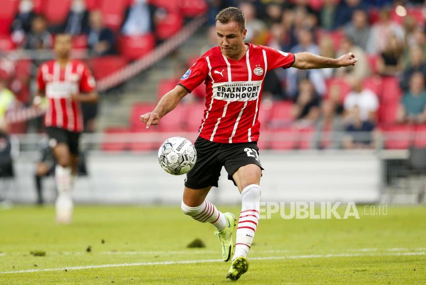 Mario Goetze dari PSV mencetak skor 2-0 selama Liga Champions UEFA - pertandingan babak kualifikasi ketiga PSV - FC Midtjylland, di Eindhoven, Belanda, 03 Agustus 2021.