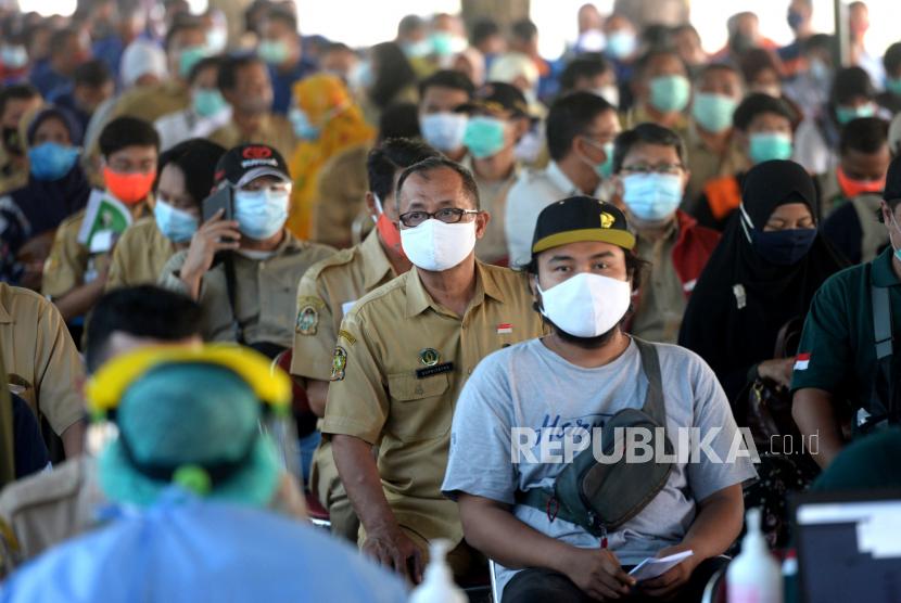 Aparatur sipil negara (ASN) antre menunggu vaksinasi Covid-19 massal untuk ASN dan tenaga pendidik di Balai Kota Yogyakarta. ang ditargetkan untuk vaksinasi Covid-19. Untuk tenaga pendidik mulai divaksin jelang ujicoba pembelajaran tatap muka pada April mendatang.