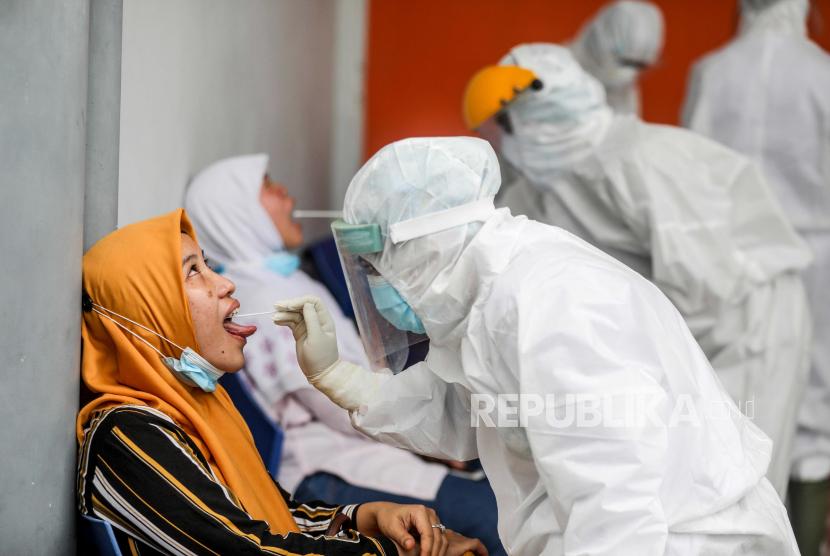 Petugas kesehatan dengan pakaian hazmat mengumpulkan sampel spesimen selama uji coba swab Covid-19 di Medan, Sumatera Utara (Ilustrasi).
