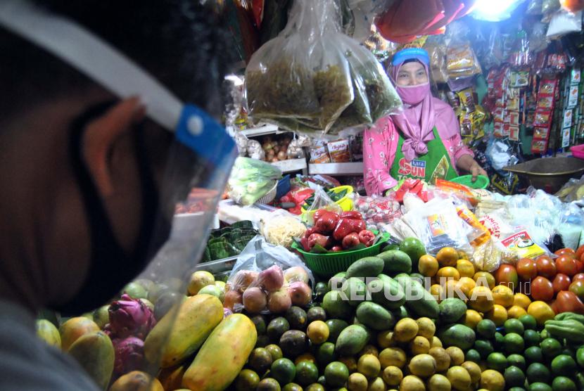Aktivitas pedagang di Pasar Sukasari, Kota Bogor, Jawa Barat, yang berada di bawah pengelolaan Perumda Pasar Pakuan Jaya. Pada 2020, Perumda Pasar Pakuan Jaya baru bisa menyetorkan dividen sebesar Rp 175 juta ke Pemkot Bogor.