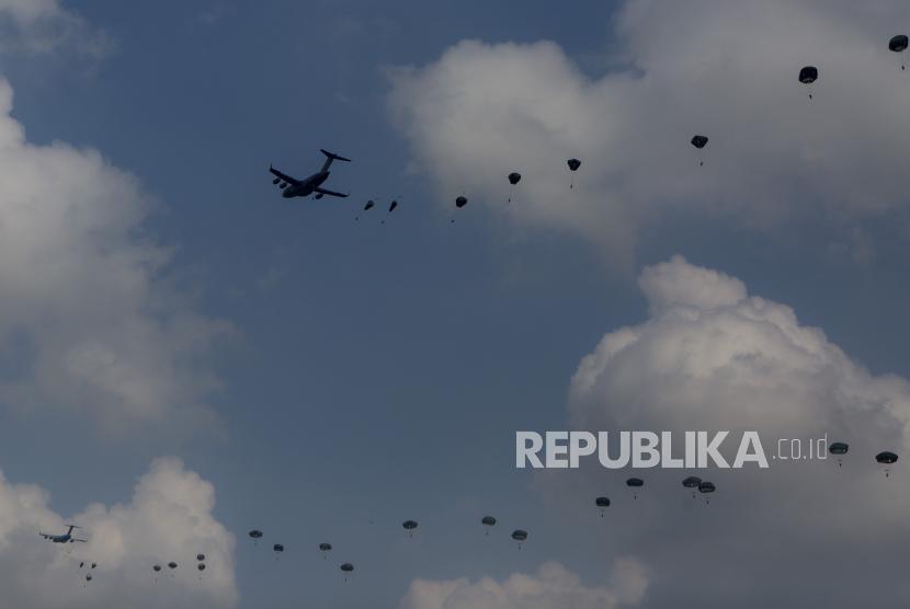 Prajurit gabungan TNI AD dan Tentara Amerika (US Army) beraksi terjun payung saat Latihan Bersama Garuda Shield ke 15/2021 di Pusat Latihan Tempur (Puslatpur) TNI AD di Martapura, Ogan Komering Ulu (OKU) Timur, Sumatera Selatan, Rabu (4/8/2021). Latihan penerjunan Garuda Airbone diikuti oleh penerjun dari Tentara Amerika (US Army) sebanyak 478 penerjun dan 91 penerjun dari TNI AD dengan menggunakan sembilan pesawat C-17 Globe Master yang terbang dari Guam, Amerika Serikat.