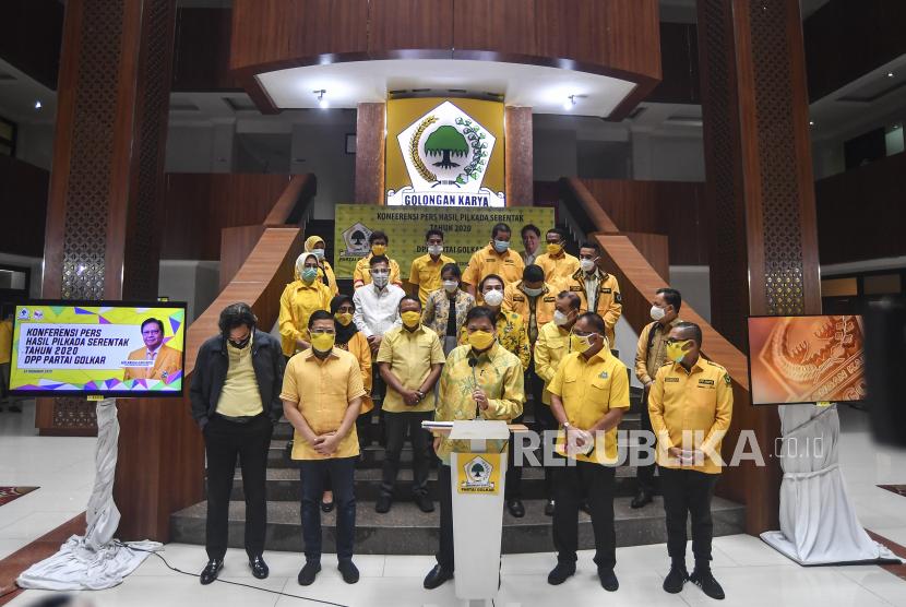 Ketua Umum Partai Golkar Airlangga Hartarto (tengah) bersama sejumlah pengurus pusat lainnya memberikan keterangan pers tentang hasil Pilkada serentak 2020 di Jakarta, Kamis (10/12/2020). Dalam keterangannya Airlangga mengatakan berdasarkan hasil hitung cepat (quick count) dari 270 wilayah yang menggelar Pilkada serentak, pasangan yang didukung Partai Golkar menang di 165 daerah.