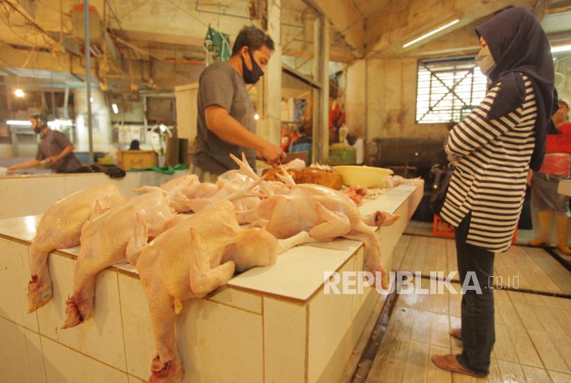 Penjual ayam melayani pembeli di pasar tradisional. Harga kebutuhan pokok menjelang Hari Raya Idulfitri di Kota Batu masih stabil.