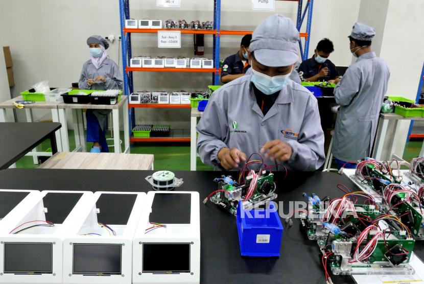 Siswa merakit alat pendeteksi Covid-19 GeNose di Teaching Factory SMK SMTI Yogyakarta, Senin (1/3). Perakitan GeNose C19 ini sudah berlangsung sejak Februari kemarin. Saat ini kapasitas produksi sebanyak 250 unit per harinya. Sebanyak 30 siswa dari Teknik Mekatronika dan Kimia Industri dilibatkan dalam perakitan GeNose ini.