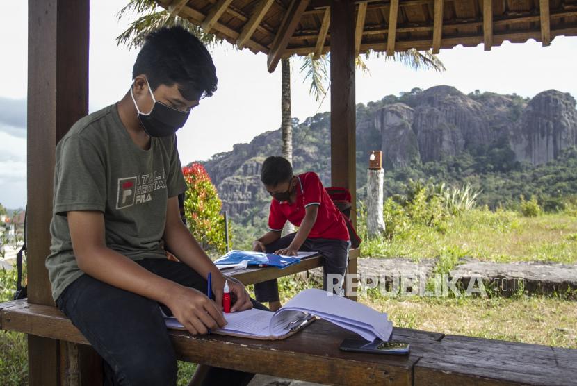 [Ilustrasi] Siswa SMP di Gunung Kidul mengerjakan tugas sekolah dengan memanfaatkan jaringan internet publik.