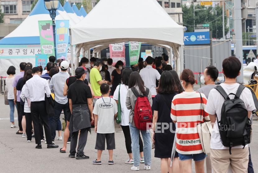 Orang-orang menunggu untuk diuji di stasiun pengujian COVID-19 di Seoul, Korea Selatan, 29 Agustus 2021, dengan negara itu melaporkan 1.619 kasus harian baru.