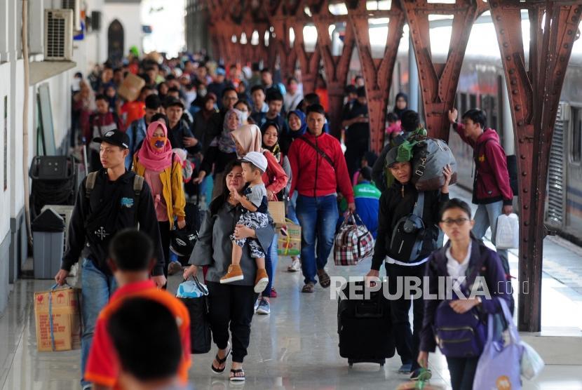 Sejumlah pemudik tiba di Stasiun Pasar Senen, Jakarta, Selasa (19/6).